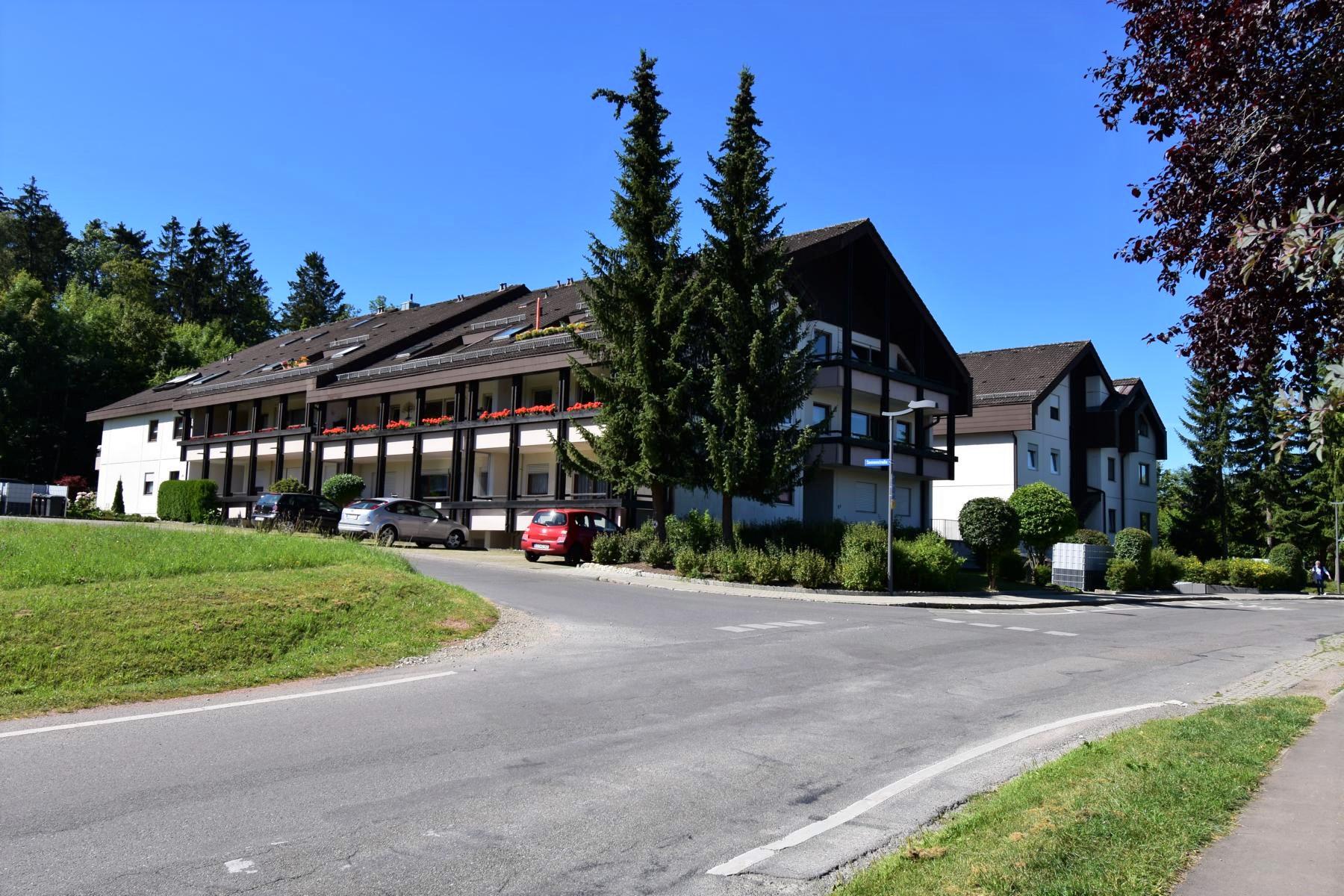 Tolle Aussichten! 2,5 Zimmer-Eigentumswohnung mit großer Balkon-Terrasse und TG-Stellplatz
